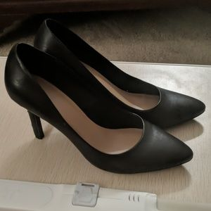 Black pointed-toed  pumps